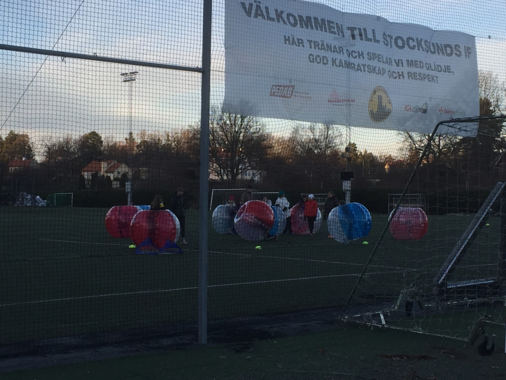 bumperball match på konstgräs bubbleball fotbollsmatch